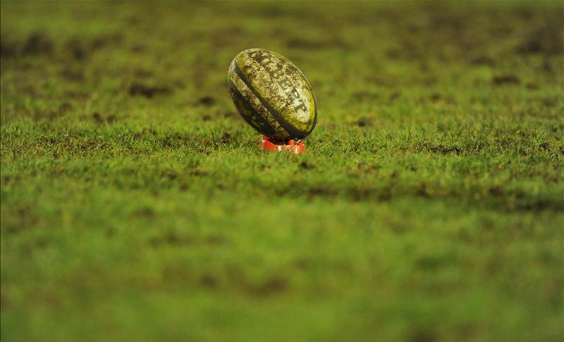 palla rugby fango