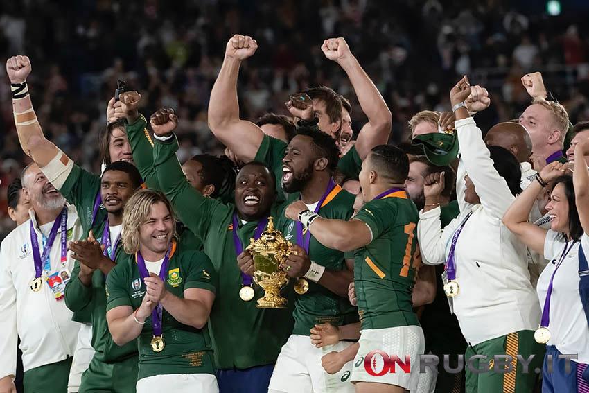 Il Sudafrica e Kolisi alzano la Coppa del Mondo 2019.