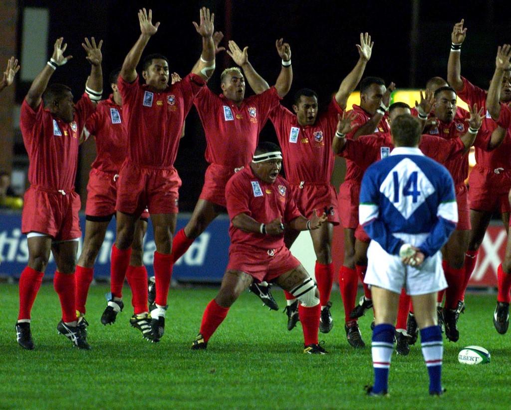 I giocatori di Tonga finiscono la Ikale Tahi prima del match con l'Italia nel 1999 - AFP
