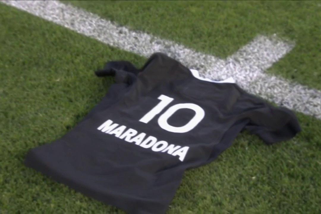 Gli All Blacks omaggiano Diego Maradona con una maglia numero 10