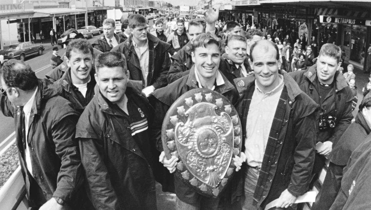 Waikato 1993: Warren Gatland, dietro di lui Ian Foster, Matthew Cooper con il Ranfurly Shield e John Mitchell