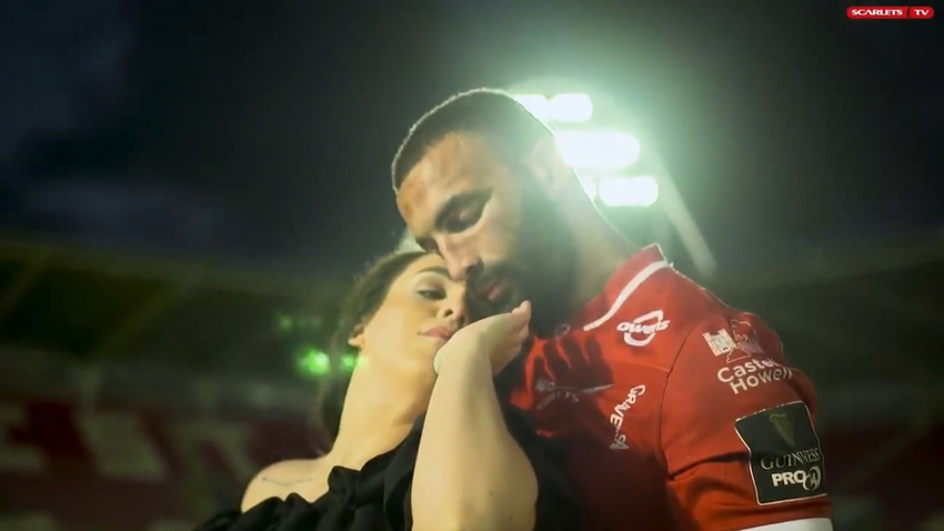 Un ex-Springboks saluta Llanelli e gli Scarlets ballando con la moglie nello stadio